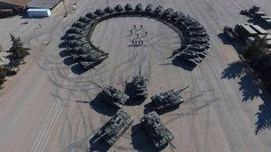 172. Zırhlı Tugay'ındaki askerlerden tanklarla Ay-Yıldız şov