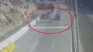 Hatay'da yolda giden otomobilin üzerine araç düştü