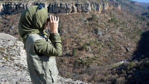 15 erkek meslektaşı ile kaçak avcılarla mücadele veriyor