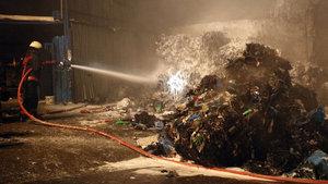 İstanbul Sultangazi'de ambalaj atığı tesisinde yangın