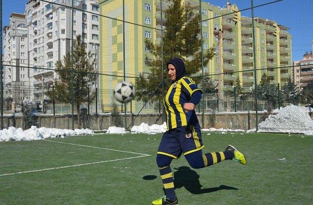 49 yaşında 3. ligde futbolcu oldu! Hayali Fenerbahçe...