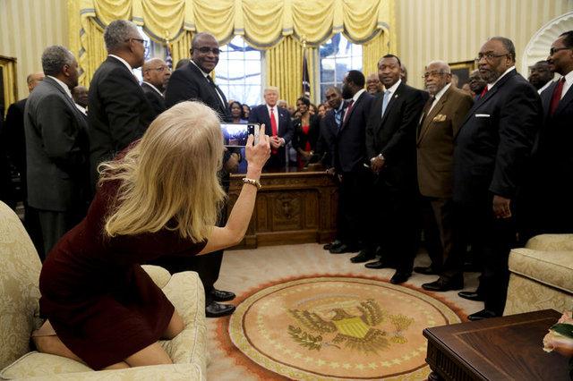 Sosyal medya Oval Ofis'te çekilen bu kareyi konuşuyor!