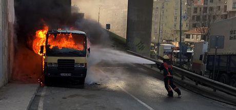İstanbul'da park halindeki minibüsler kundaklandı