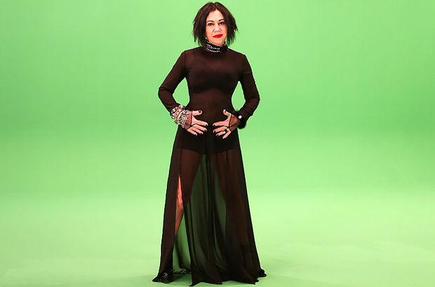 Nazan Öncel, transparan detaylı kostümle kamera karşısına geçti