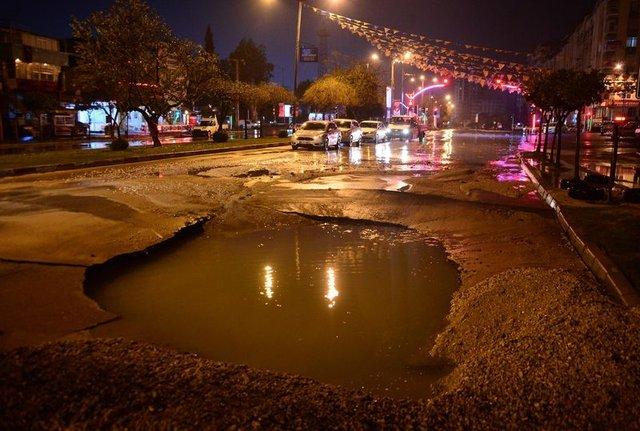 Adana'da su borusu patladı, asfalt çöktü