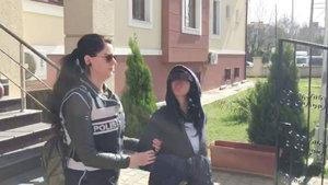 Sakarya'da hırsızlık suçundan adliyeye sevk edilen kadın, gazetecilere dil çıkarttı