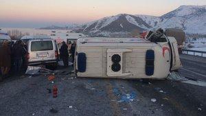 Bitlis'te ambulansla kamyonet çarpıştı: 4 ölü, 1 yaralı