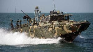 İran botları, ABD gemisini rotasını değiştirmeye zorladı