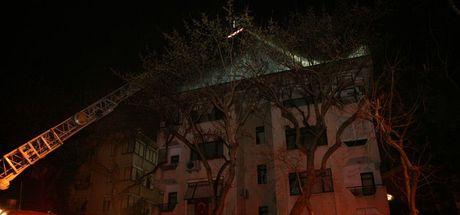 İstanbul Kadıköy'de 4 katlı binanın çatısı alev alev yandı