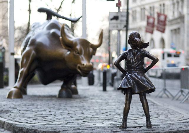 Wall Street'in sembolu bronz boğanın karşısına 'korkusuz kız' dikildi