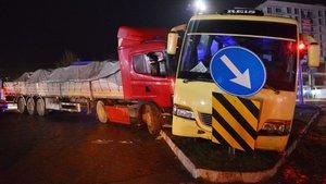 Manisa'da TIR işçileri taşıyan midibüse çarptı: 5 yaralı