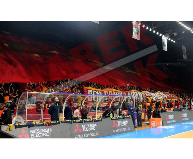 Galatasaray - Fenerbahçe derbisinde olay. Fenerbahçeli Gigi Datome'nin başı yarıldı