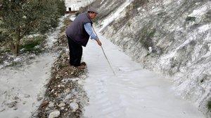 Tarlasında kar sandığı beyaz tabaka mermer tozu çıktı