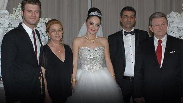 Cem Tatlıtuğ, 3 yıllık eşi solist Burcu Özsoy'dan tek celsede boşandı.