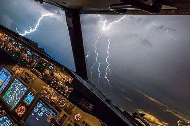 Havada panik anları! İki uçağa yıldırım isabet etti