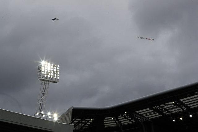 Wenger için uçaklı pankart
