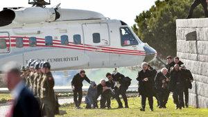 Helikopterin rüzgarı Numan Kurtulmuş ve eşine zor anlar yaşattı