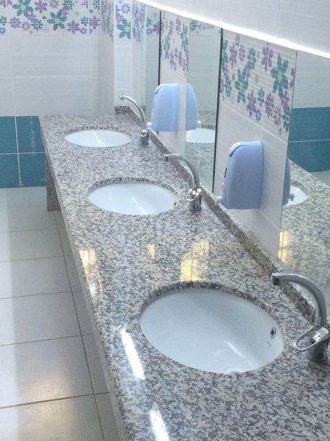Tuvalette telefon mikrop yuvası