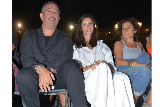 Ahu Yağtu ile Ebru Şallı'nın Cem Yılmaz'ı tebrik rekabeti