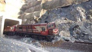 Yük treni heyelan nedeniyle raydan çıktı