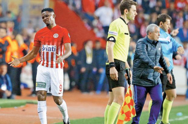 Antalyaspor Samuel Eto'o su şişesi tepki