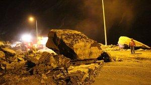 Hakkari'de yola dev kayalar düştü