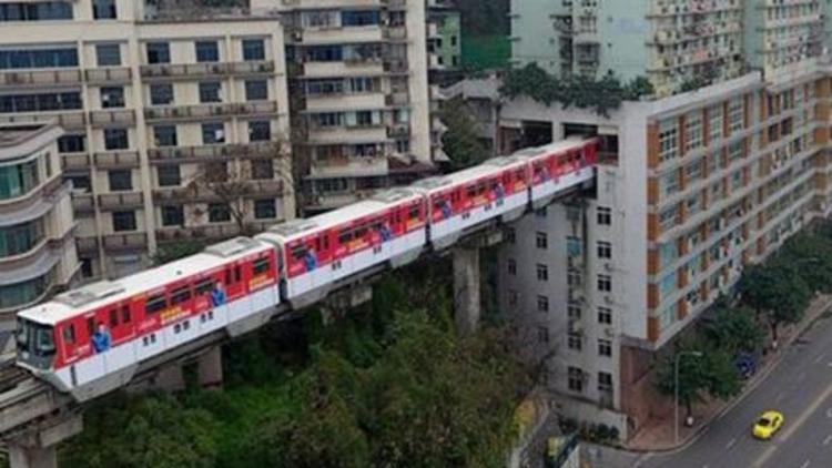 Çin'in 49 milyon nufüslu Chongqing bölgesinde, 19 katlı bir apartmandan tren geçiyor.