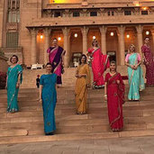 Hindistan kültürünü tanımaya yönelik bir tatile çıkan sosyetenin ünlü isimleri, tapınakları, sokakları, kendine özgü kıyafetleri ve âdetleriyle Hindistan