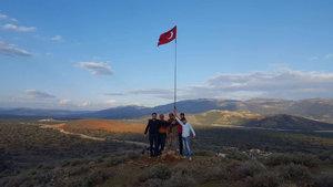 Hatay'da sıfır noktasındaki dağlık bölgeye Türk bayrağı dikildü