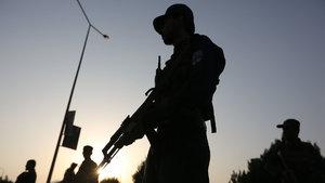 9 meslektaşını öldüren polis, karakolu ateşe verip kaçtı!