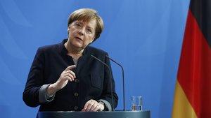 Merkel'den 'referandumu bekleyelim' mesajı