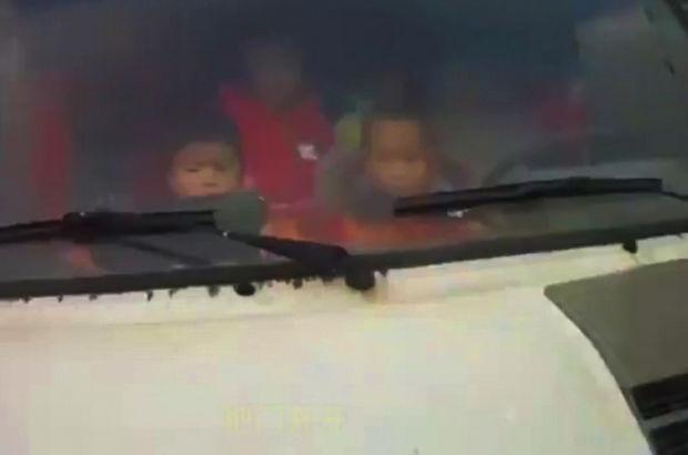 19 kişilik minibüse 74 çocuğu sığdırmaya çalıştı