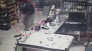 Siirt'te bir kişi etek giyerek akrabasının marketini soydu
