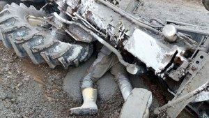Antalya devrilen traktörün altında kalan işçi hayatını kaybetti