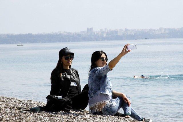 Antalya ve Muğla'da Sıcak havadan bunalan yerli, yabancı turistler soluğu sahilde aldı