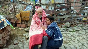 Yaşlı çifti yangından torunları kurtardı