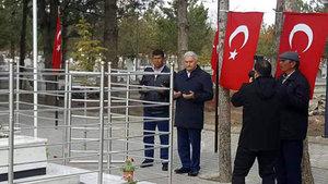 Başbakan Yıldırım, şehit Ömer Halisdemir'in mezarını ziyaret etti