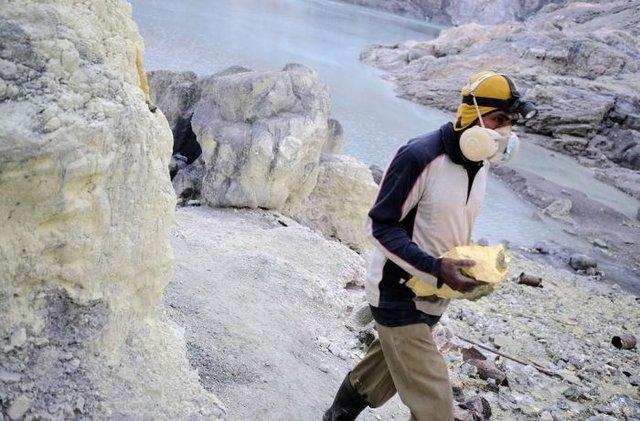 Ijen kraterinde çalışan işçiler