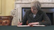 Theresa May, 'Brexit' için beklenen imzayı attı!