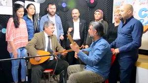 Mustafa Balbay bağlama çalarak 'Hayır' türküsü söyledi