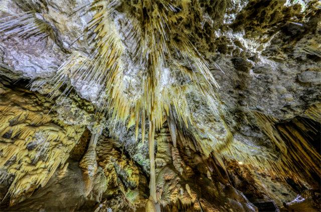 """Antalya'daki iki katlı mağara """"Makarna"""" sarkıtları ile büyülüyor"""