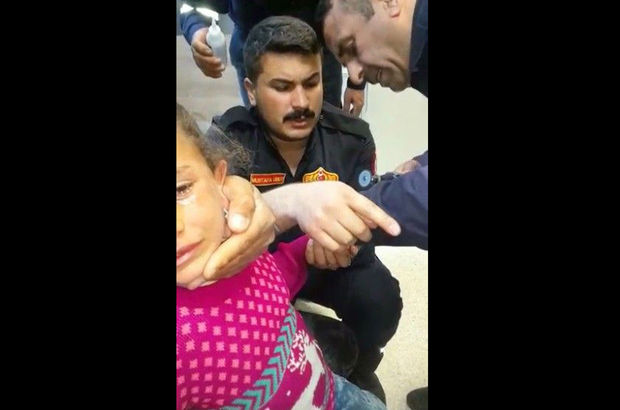 Çocuğun parmağına sıkışan demir halka itfaiye tarafından çıkartıldı!