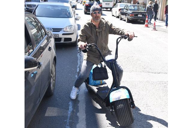 Ozan Güven, elektrikli scooter'ıyla görüntülendi