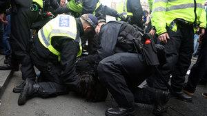 Londra'da polisle göstericiler birbirine girdi