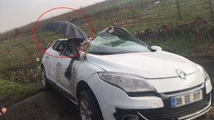 Çorlu'da otomobilde sıkışan yaralıya çevredeki vatandaşlardan şemsiyeli yardım