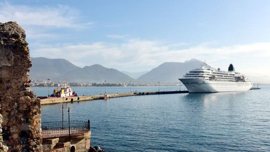 Antalya'ya iki kruvaziyer turist getirdi