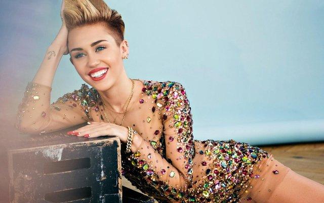 Miley Cyrus'un çıplak fotoğrafları internete sızdırıldı