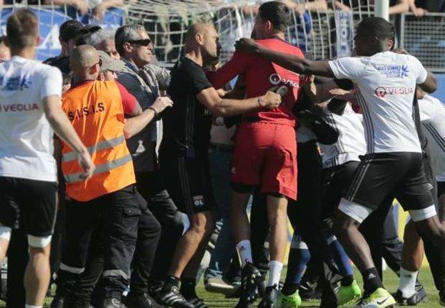 Bastia deplasmanında Lyon'a şok! Futbolculara saldırdılar...