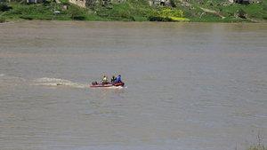 Siirt'te oy kullanmak için botlarla Dicle Nehri'nin karşısına geçtiler