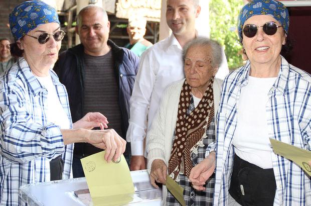 94 yaşındaki annesiyle birlikte oy kullandı
